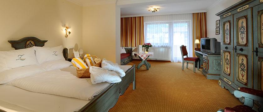 austria_mayrhofen_hotel-zillertalerhof_bedroom4.jpg
